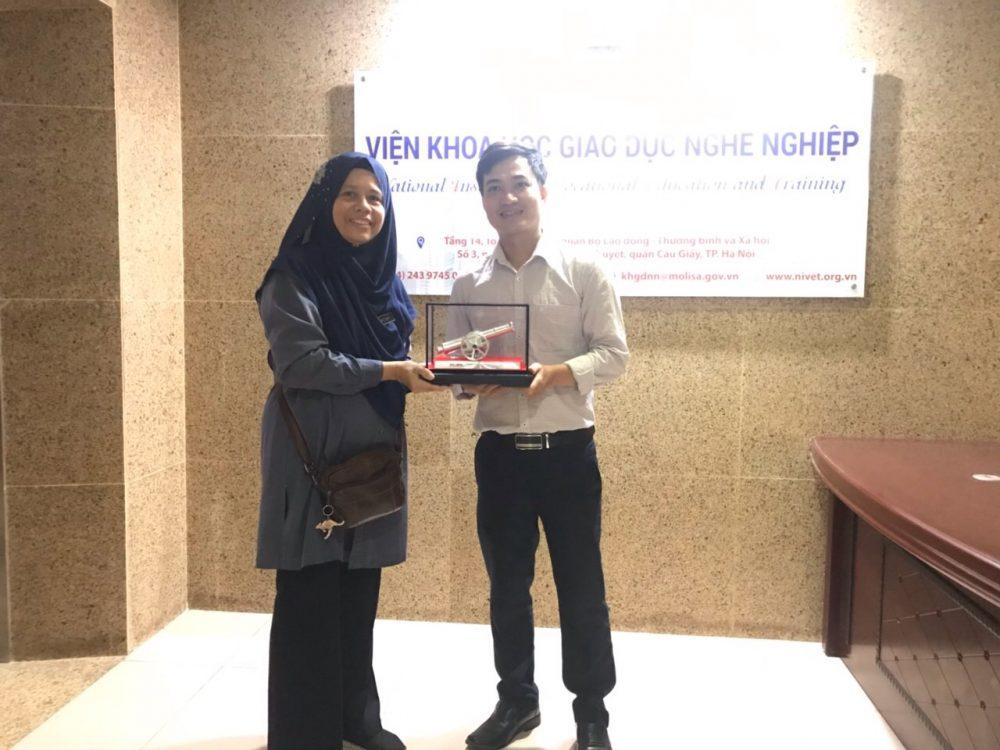 Viện Khoa học giáo dục nghề nghiệp tiếp đón và làm việc với đoàn công tác từ Trường Cao đẳng nghề Batu Lanchang (Malaysia)